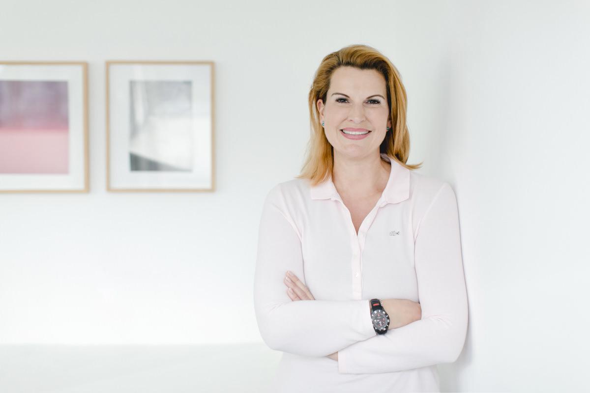 helles Portraitfoto von der Gynäkologin Christine Knobloch