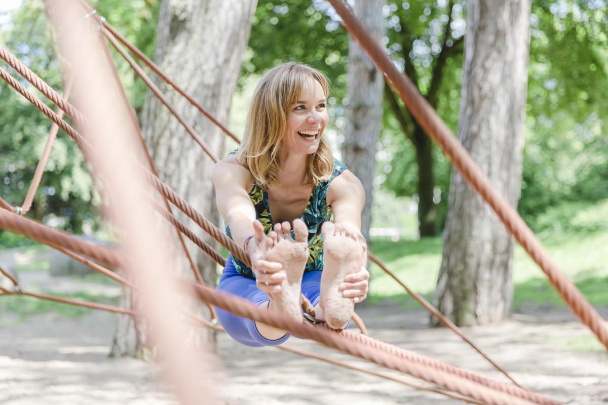 Urban Yoga Foto einer Yogalehrerin auf dem Spielplatz