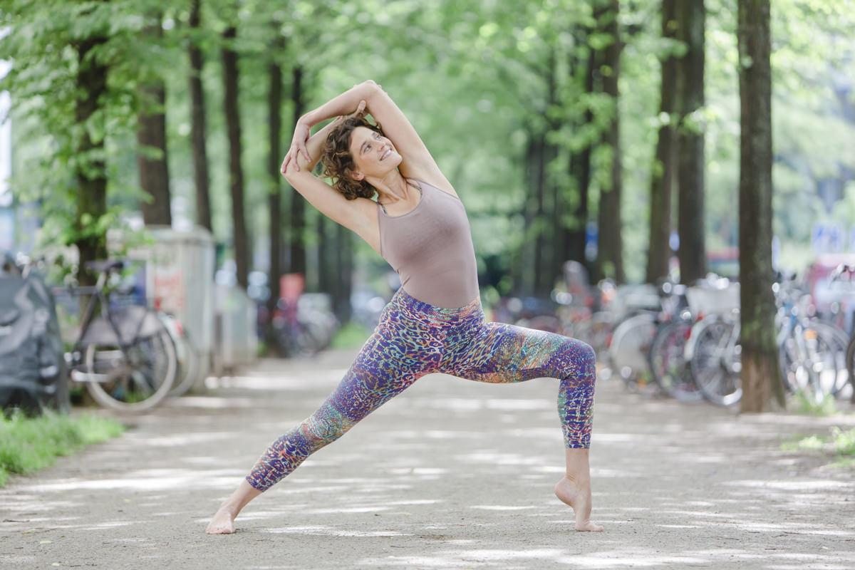 Urban Yoga Fotografie von einer Yogalehrerin auf einer Straße in Köln
