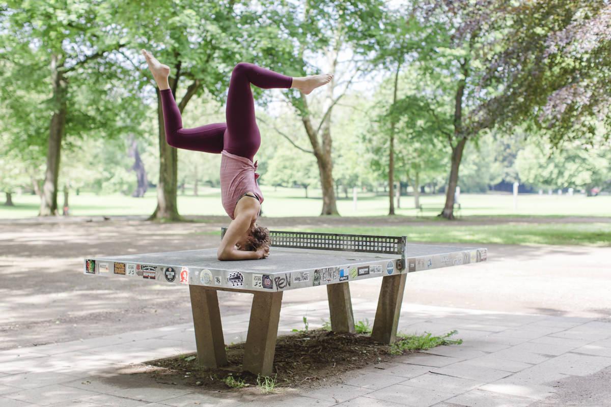 Urban Yoga Foto einer Yogaübung auf einer Tischtennisplatte im Freien