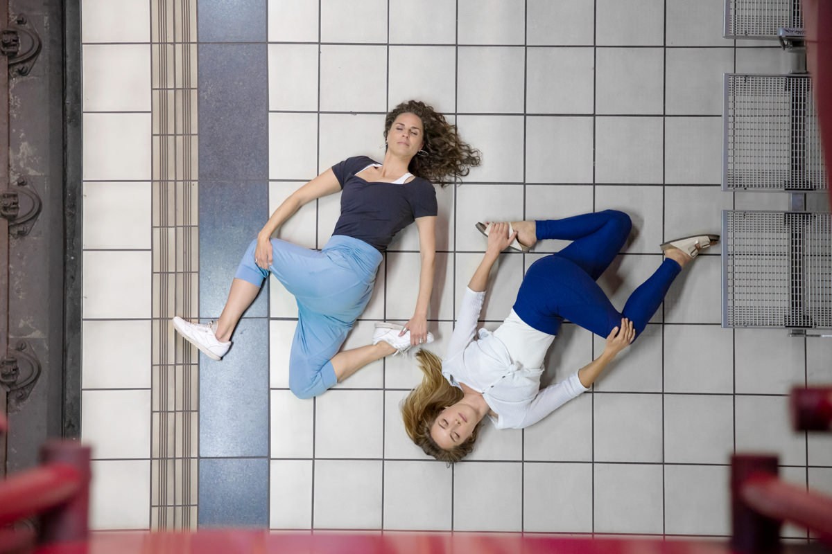 Urban Yoga Portrait von 2 Yogalehrerinnen in einer Kölner U-Bahn Station