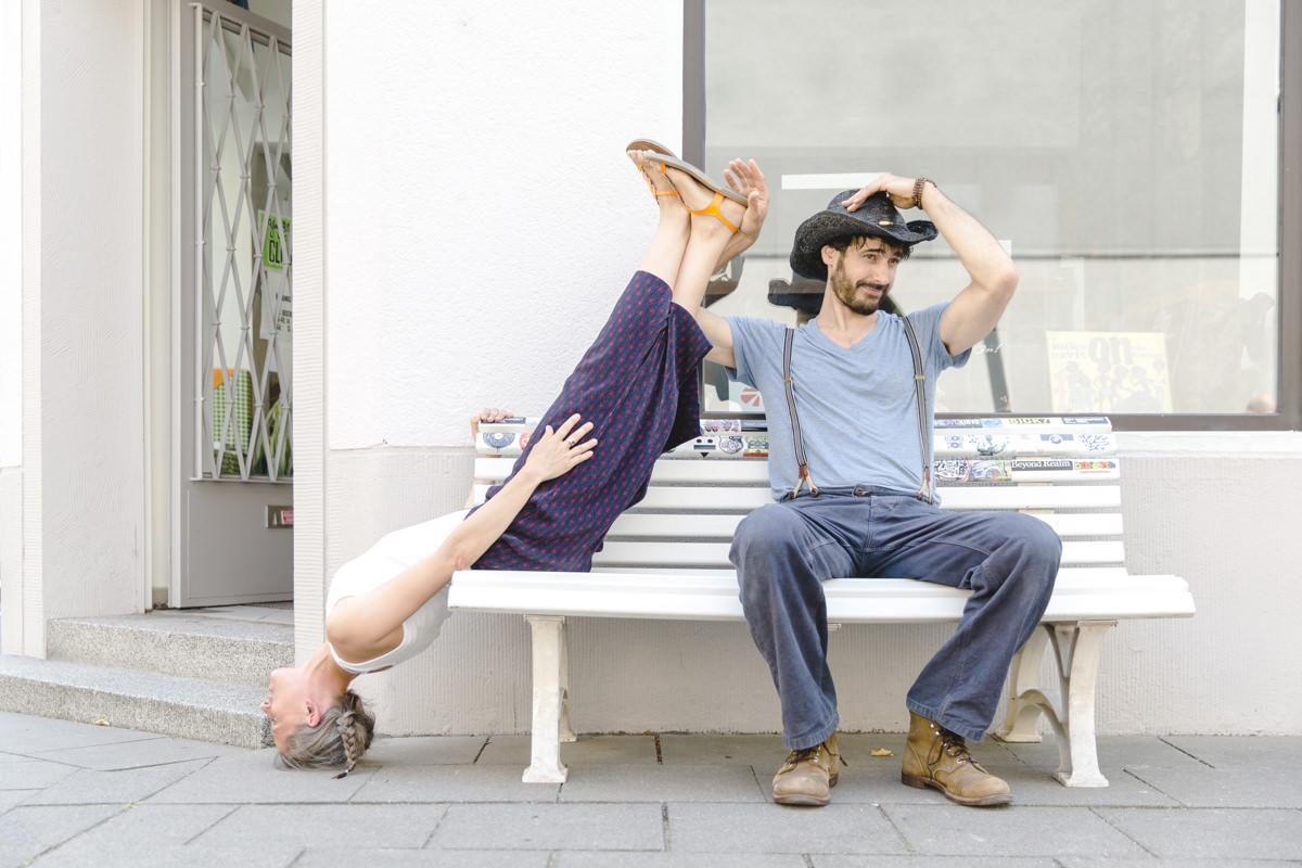 lustiges Yoga Paarfoto auf einer Bank in Köln