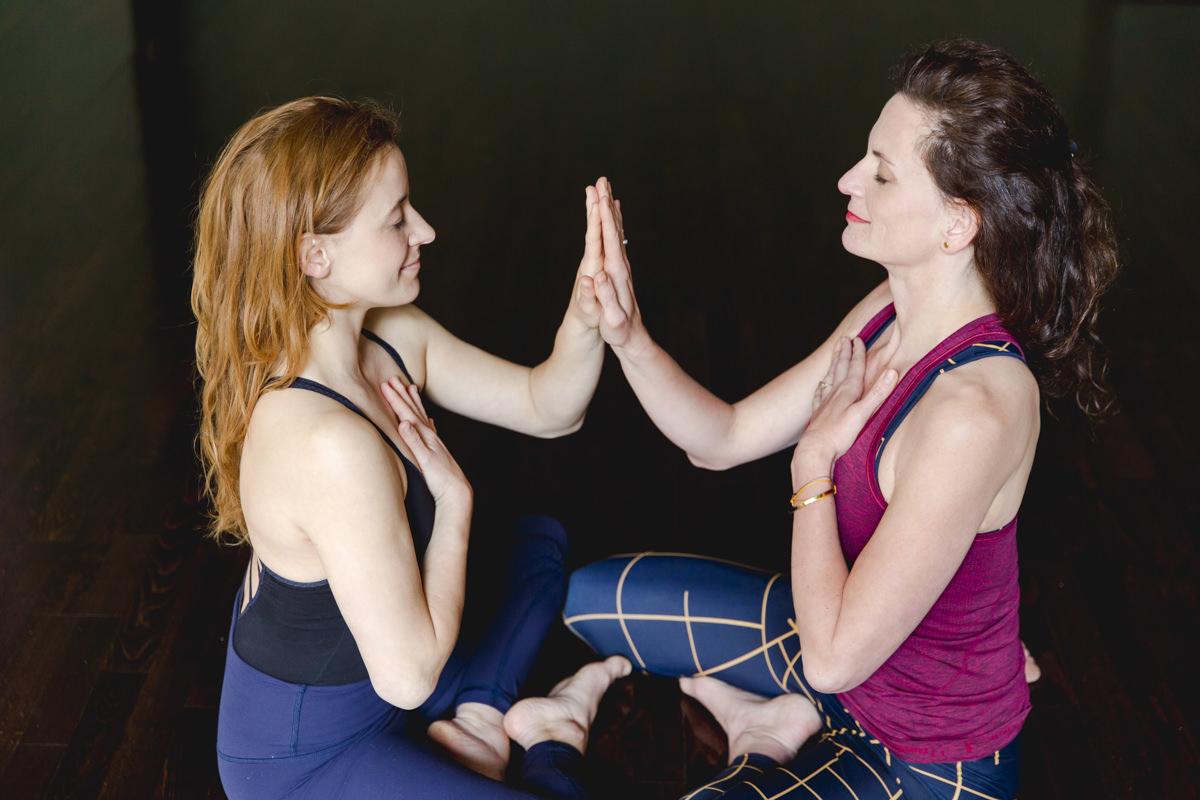 Yoga Portrait einer Partner Yogaübung im Sitzen