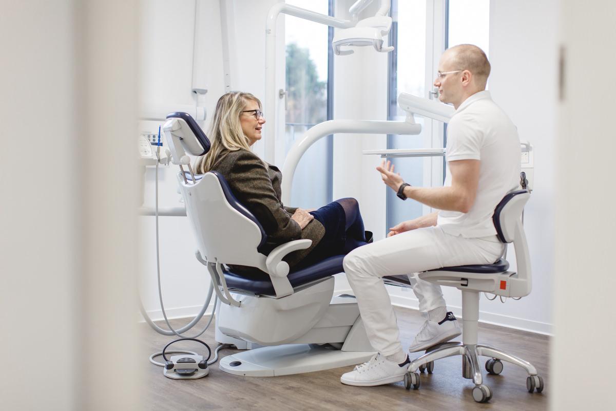 Foto einer Behandlung in einer Zahnarzt Praxis
