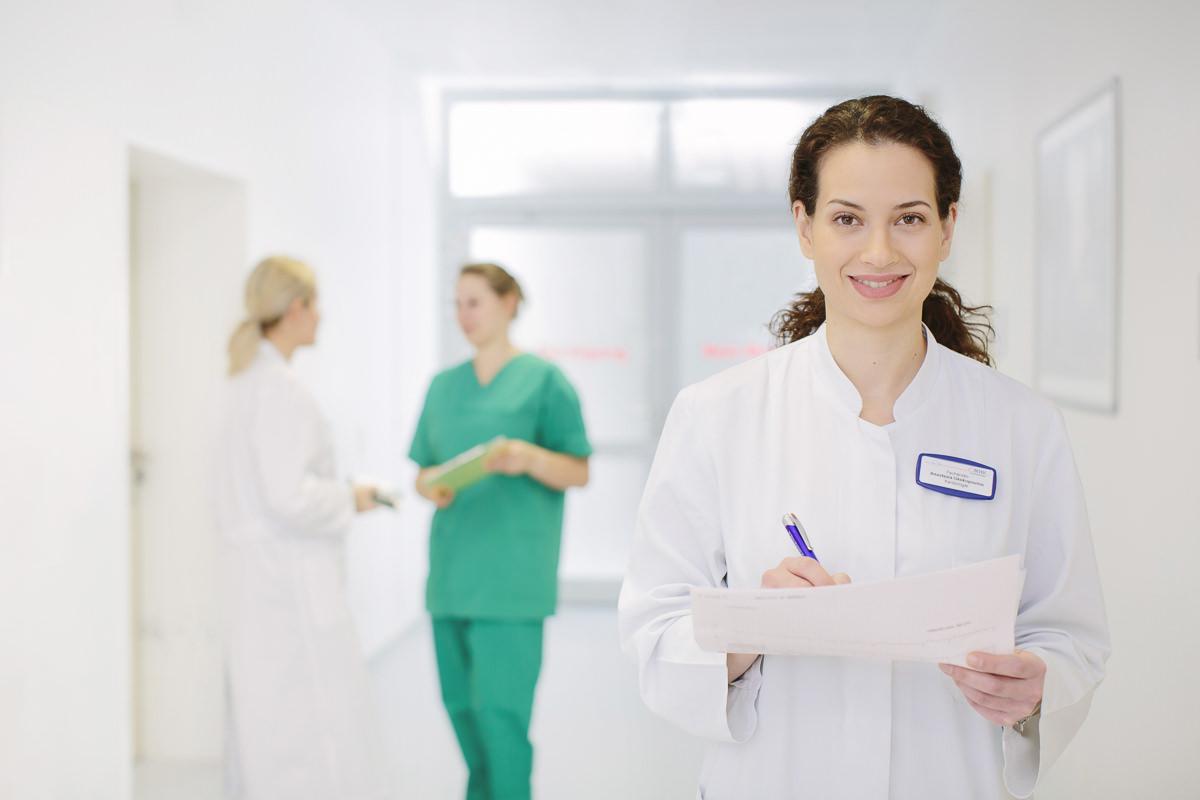 Portraitfoto einer jungen Ärztin im Krankenhaus