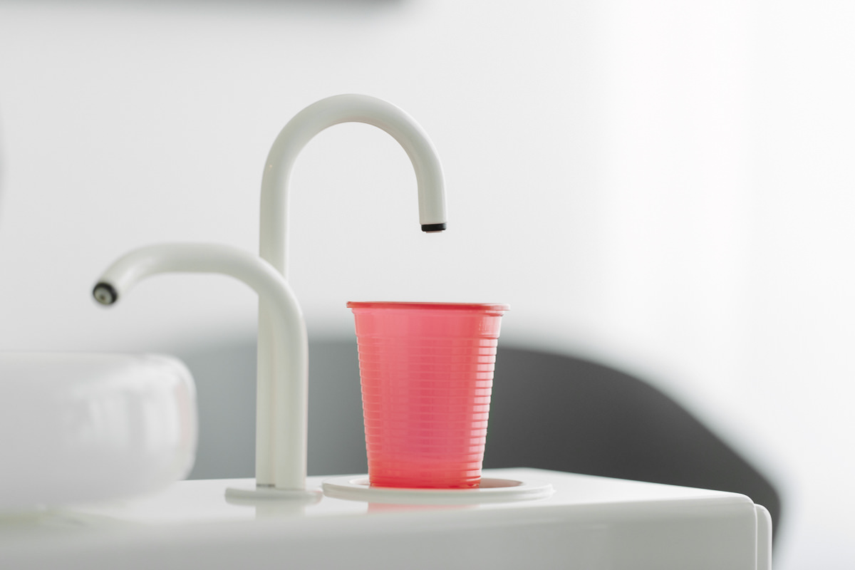Foto vom Waschbecken und Trinkbecher einer Zahnarzt Praxis