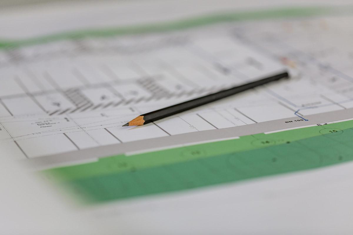 Foto eines Bauplans des Bauunternehmens dip