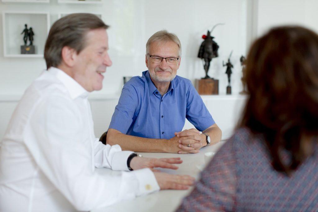 Foto von Christoph Kuckelkorn und Prof. Hans-Georg Bögner während ihres Interviews für das Klaaf Magazin