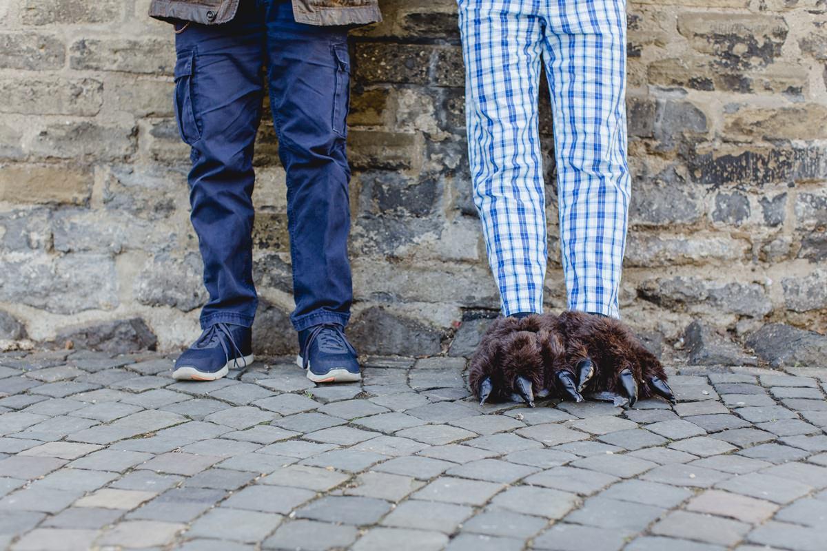 Portraitfoto von Beinen und Füßen der Kölner Musiker Franz Martin Willizil und Martin Bechler