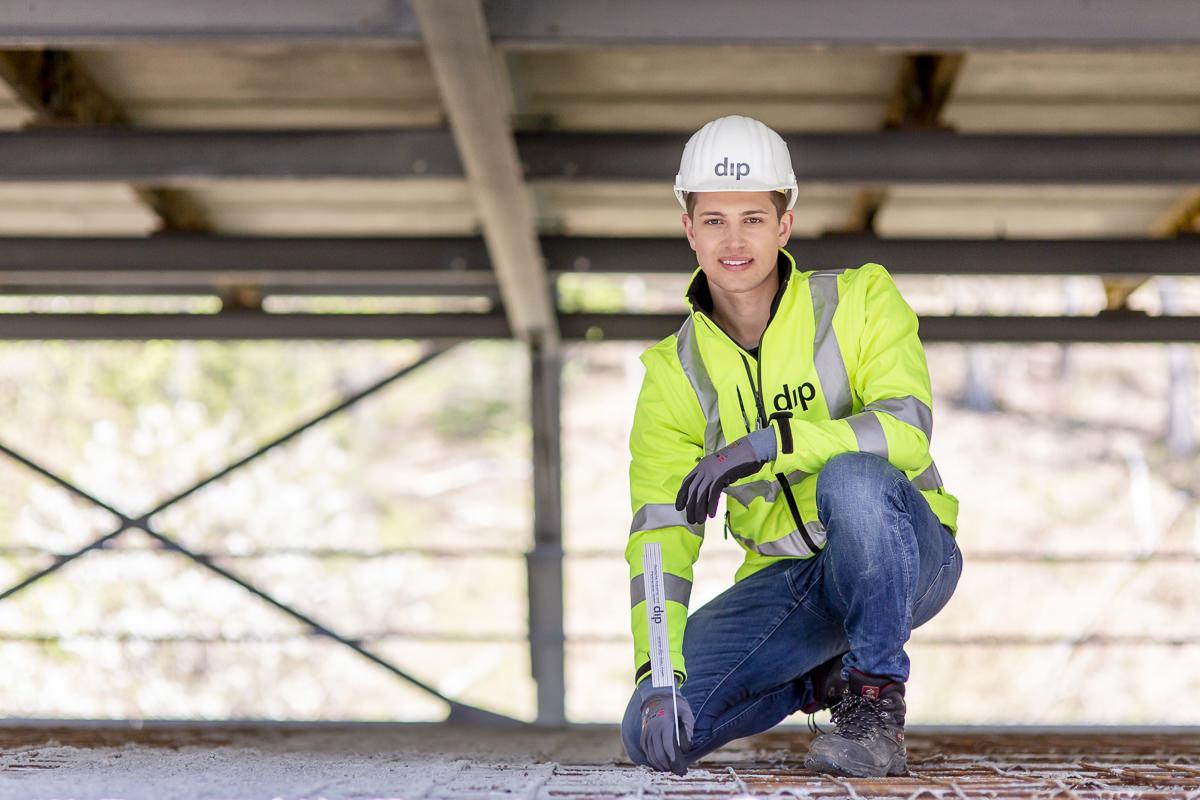Portraitfoto eines Mitarbeiters auf einer dip Baustelle