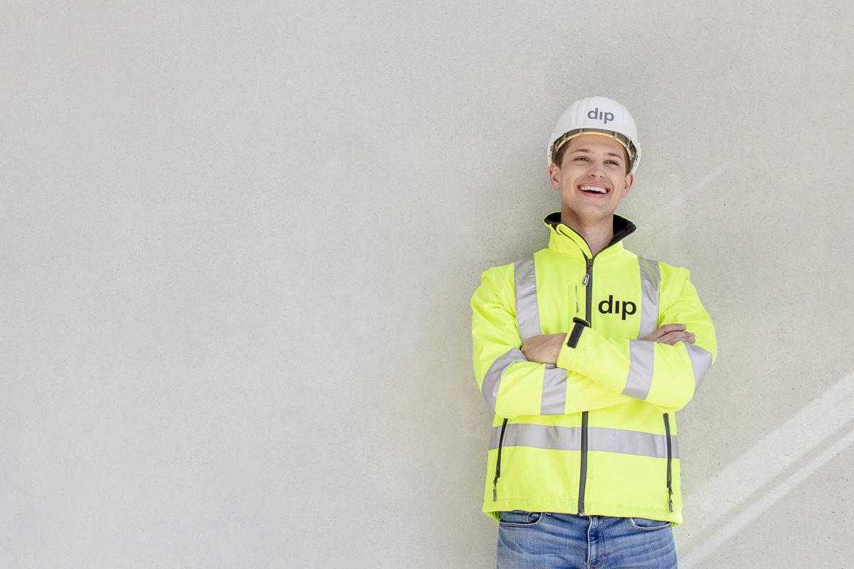 freundliches Portraitfoto eines Mitarbeiters des Bauunternehmens dip