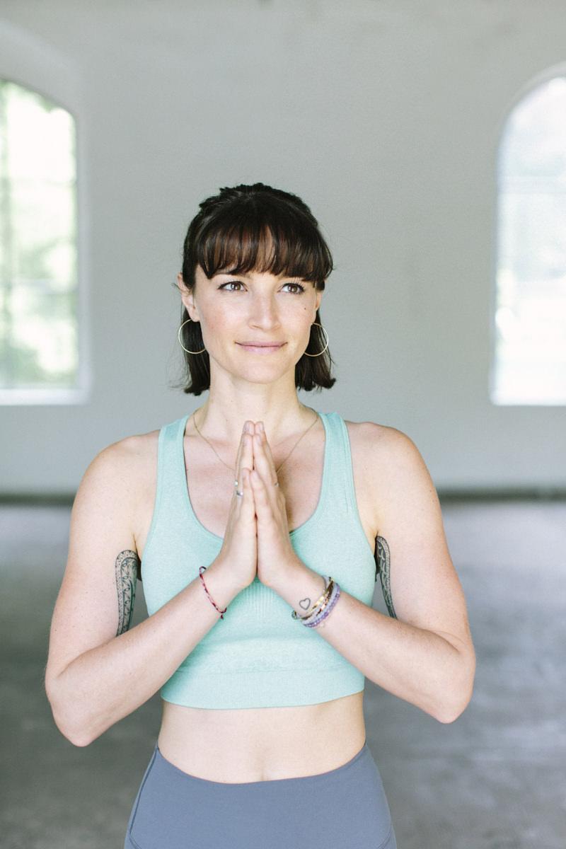 Foto von Yogalehrerin Wanda Badwal | fotografiert von Hanna Witte aus Köln