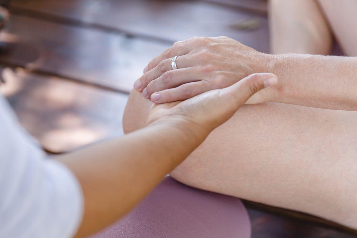 Teilnehmer eines Yoga Retreat in Portugal halten sich an den Händen