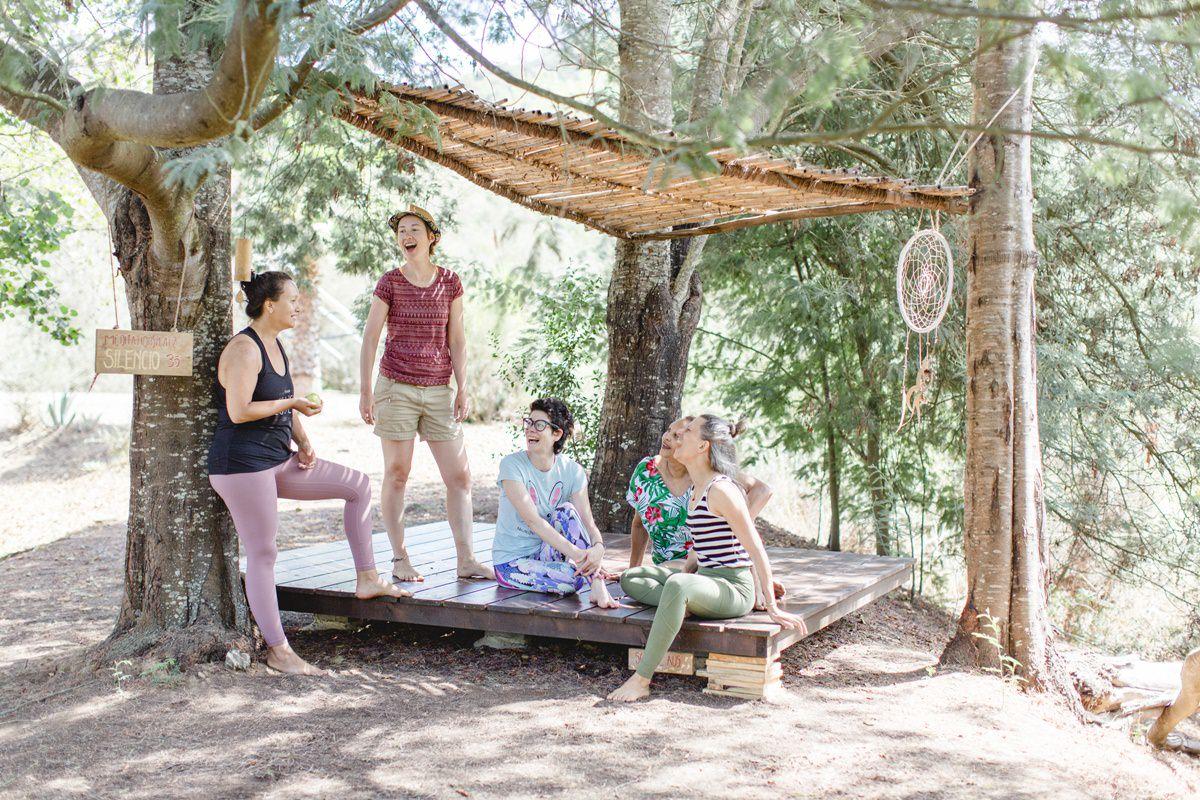 Foto von Teilnehmern eines Yoga Retreat in Portugal, die sich entspannt unterhalten