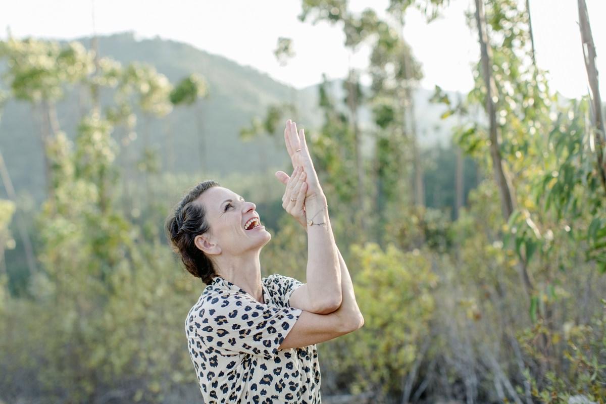 Foto einer Teilnehmerin eines Yoga Retreat in Portugal bei einer Yogaübung