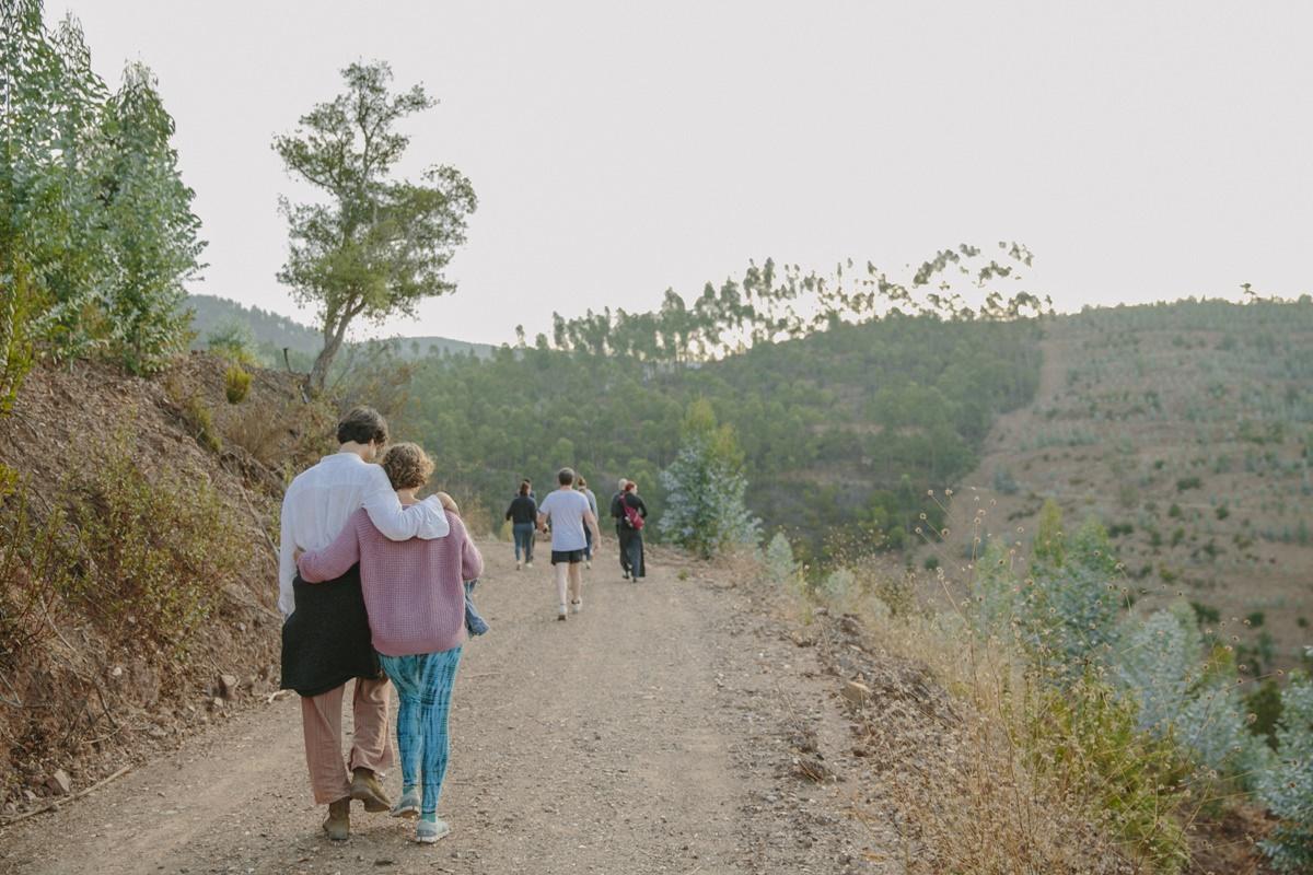 Foto von entspannten Teilnehmern eines Yoga Retreat, die durch die Landschaft Portugals schlendern
