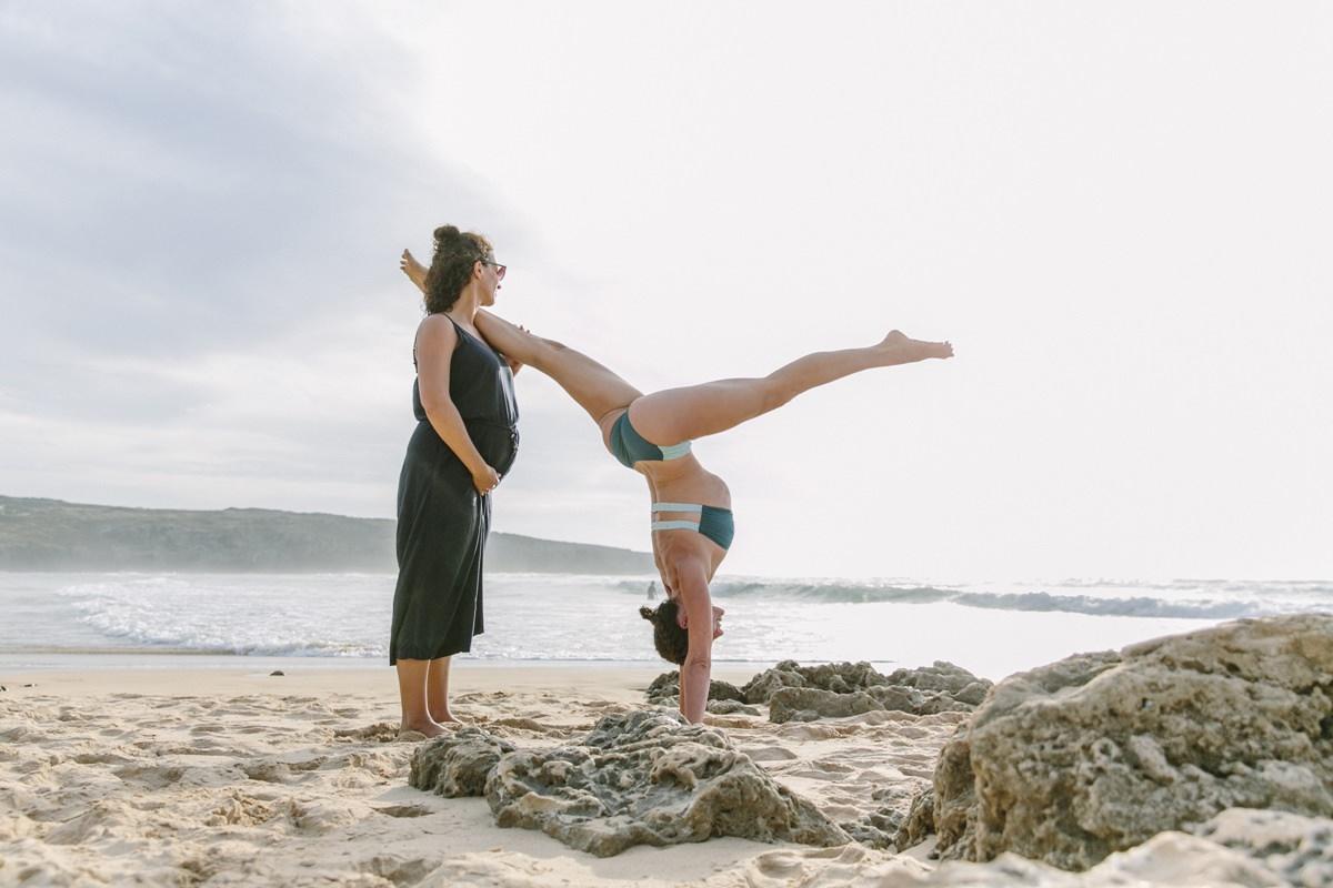 Yogafoto einer Übung am Strand bei einem Yoga Retreat in Portugal