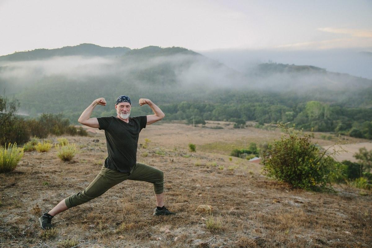 Yogafoto einer Yoga Übung in der Landschaft von Portugal