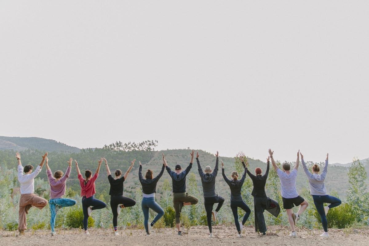 Foto von Teilnehmern eines Yoga Retreat in Portugal bei einer Übung in der Natur