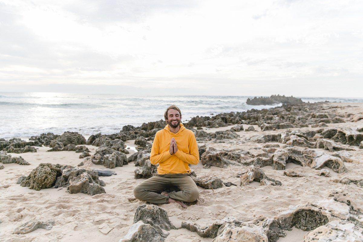 Yogafoto eines Mannes am Strand von Portugal