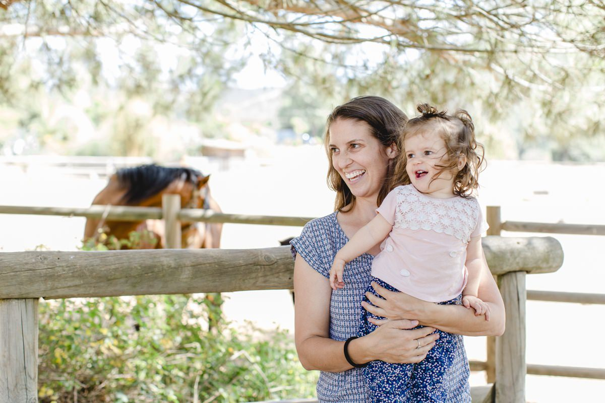 Foto von Mutter und Tochter mit einem Pferd bei einem Yoga Retreat in Portugal