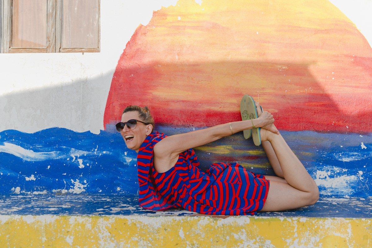 Foto einer Frau im Yoga Urlaub in Portugal