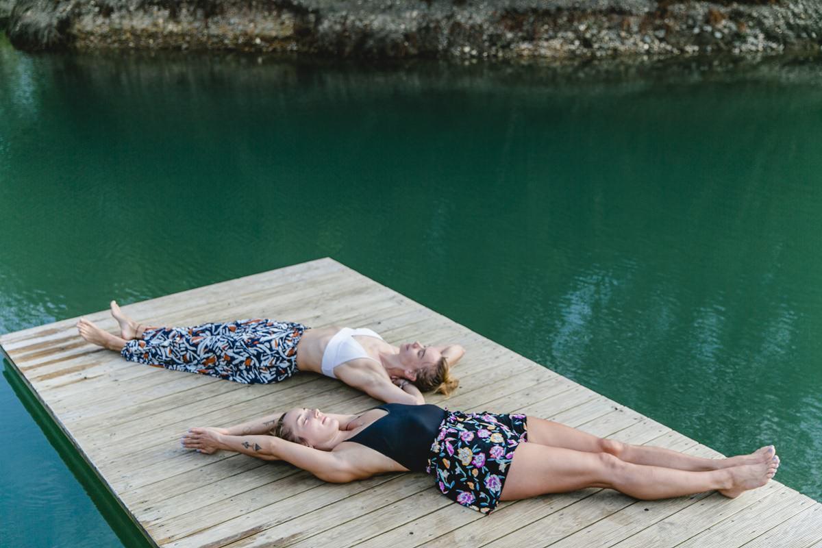 Wellness Foto von entspannten Teilnehmern eines Yoga Retreat in Portugal