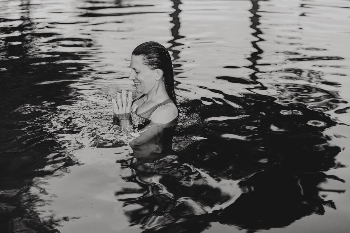 Wellness Foto einer Frau, die bei einem Yoga Retreat in Portugal eine Yoga Übung im Wasser macht