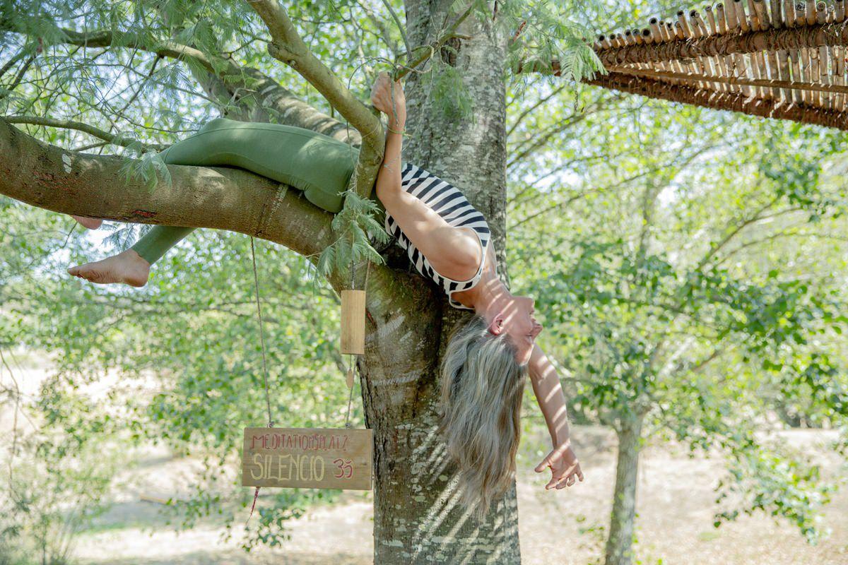 Foto einer Yoga Retreat Teilnehmerin beim Entspannen im Baum