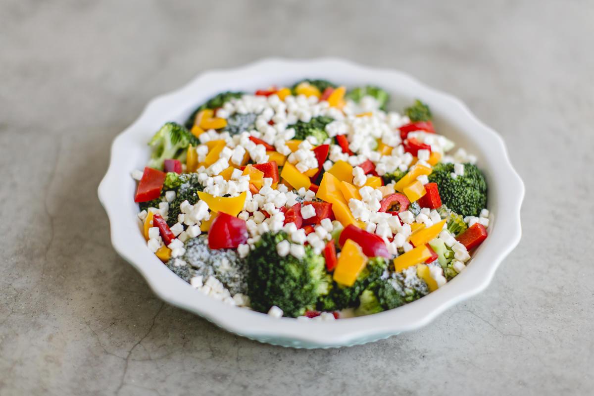 Foodfoto von einem gesunden, glutenfreien Gericht mit Brokkoli und Paprika