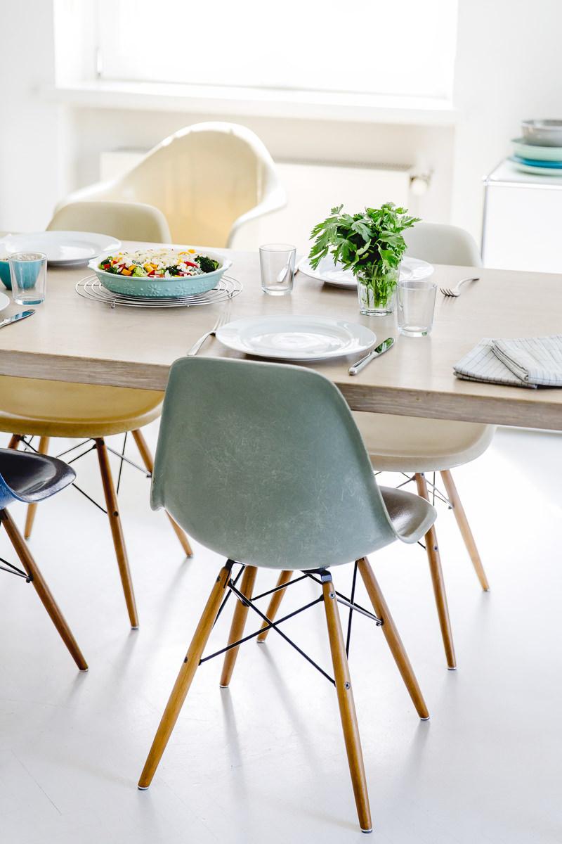 Foto eines gedeckten Esstischs mit gekochtem Essen in der Mitte