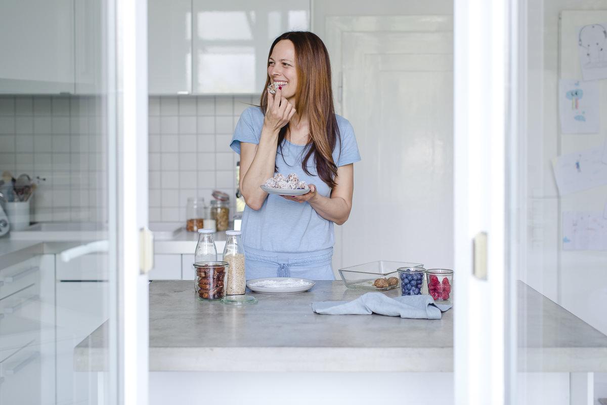 Portraitfoto von Foodbloggerin Sandra Ludes beim Naschen in ihrer Küche