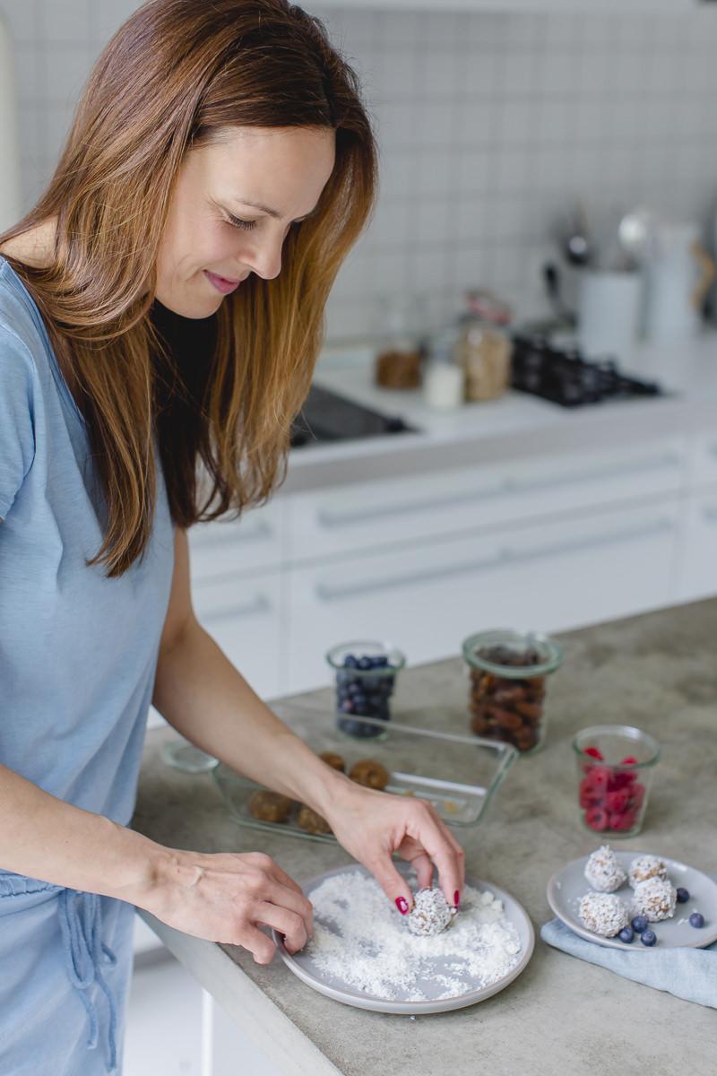 Portraitfoto von Foodbloggerin Sandra Ludes beim Zubereiten von Energy Balls