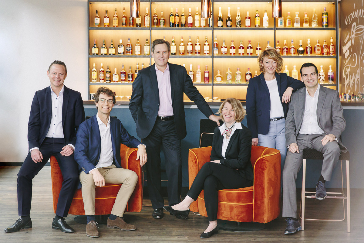 modernes Business Team Portrait vor einer Bar