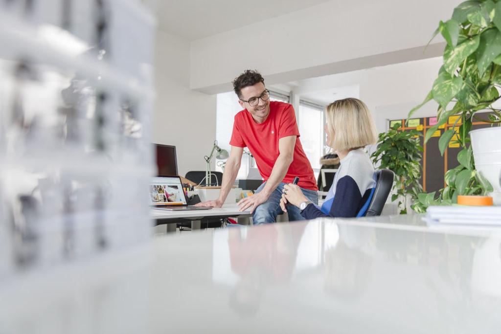 Gespräch zwischen 2 Mitarbeitern einer Agentur