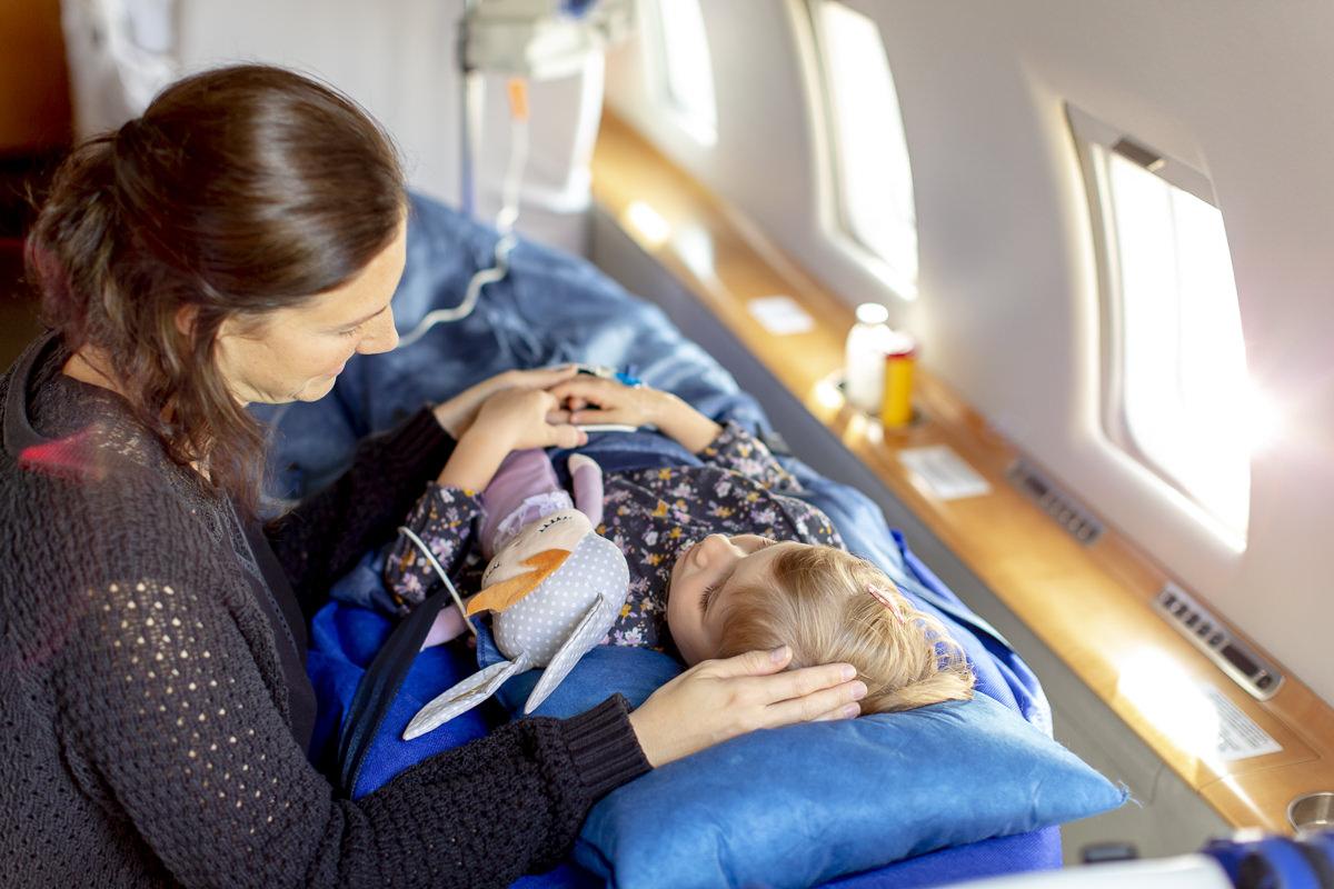 Innenaufnahme eines Ambulanzflugzeugs von Air Alliance, das einen kleinen Patienten transportiert