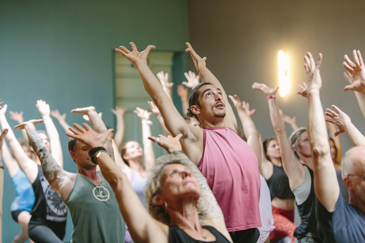 Teilnehmer der Yoga Conference Köln bei einem Yoga Workshop