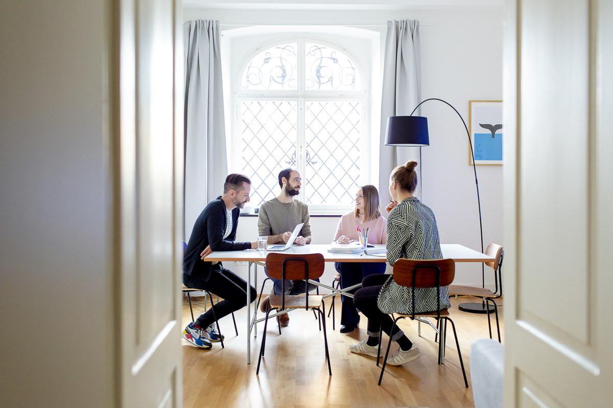 Imagefoto einer Teambesprechung in der Design Agentur Ditho