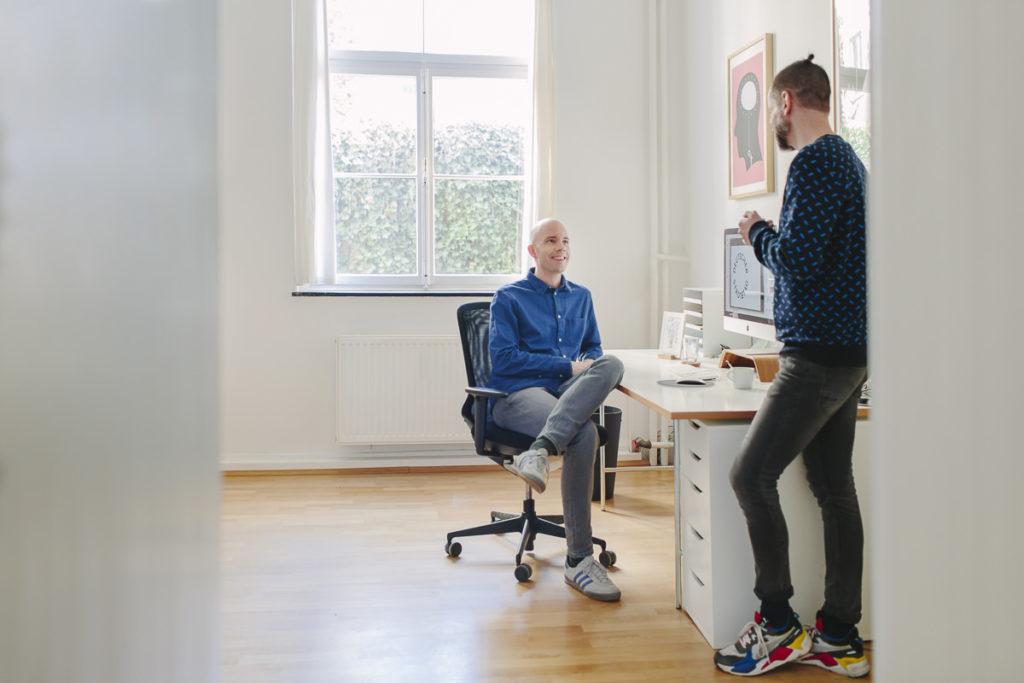 2 Kollegen besprechen sich in einer Design Agentur