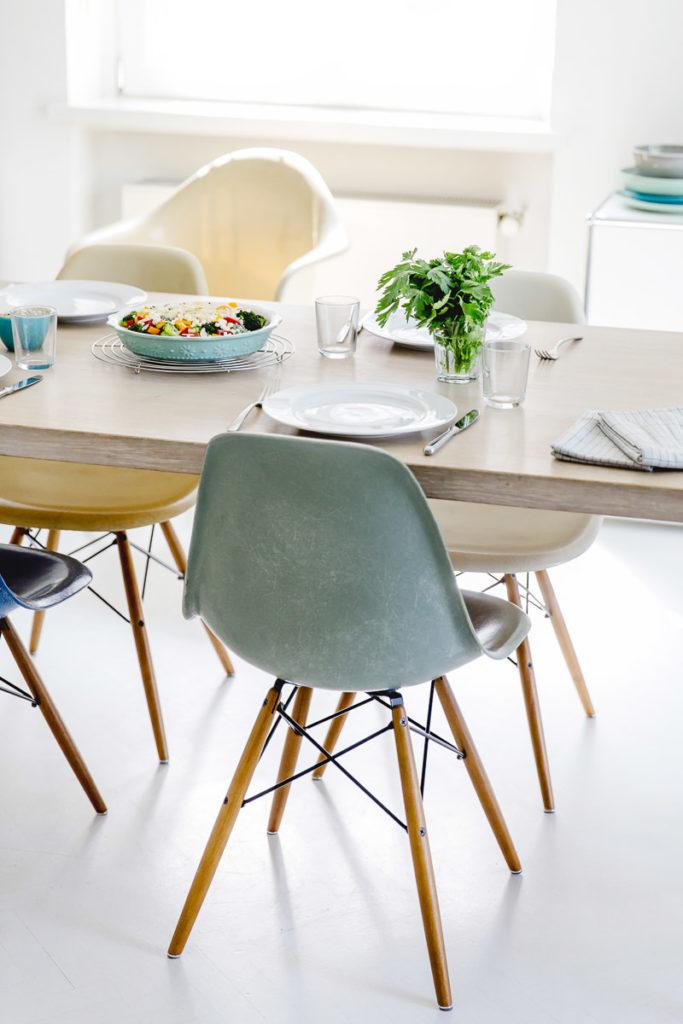 ein gedeckter Tisch mit einem Gericht von Kochbuchautorin Sandra Ludes