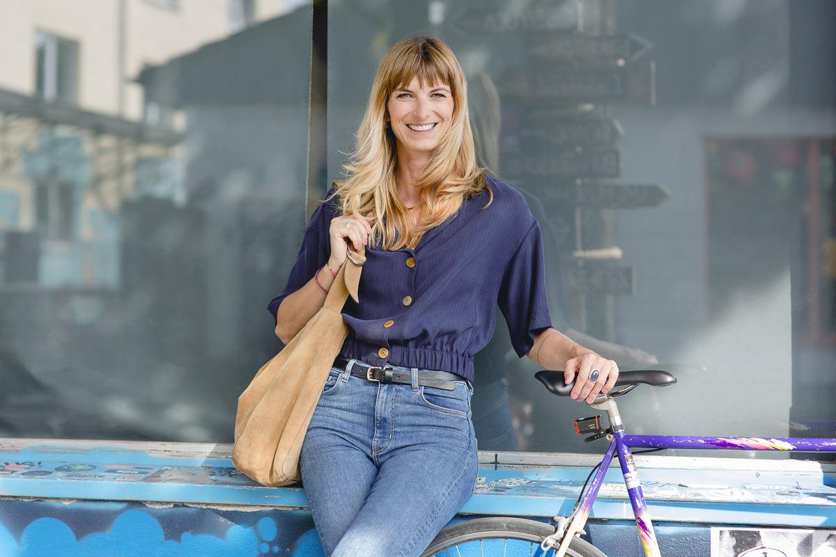 Portraitfoto einer jungen Frau in der Kölner Innenstadt