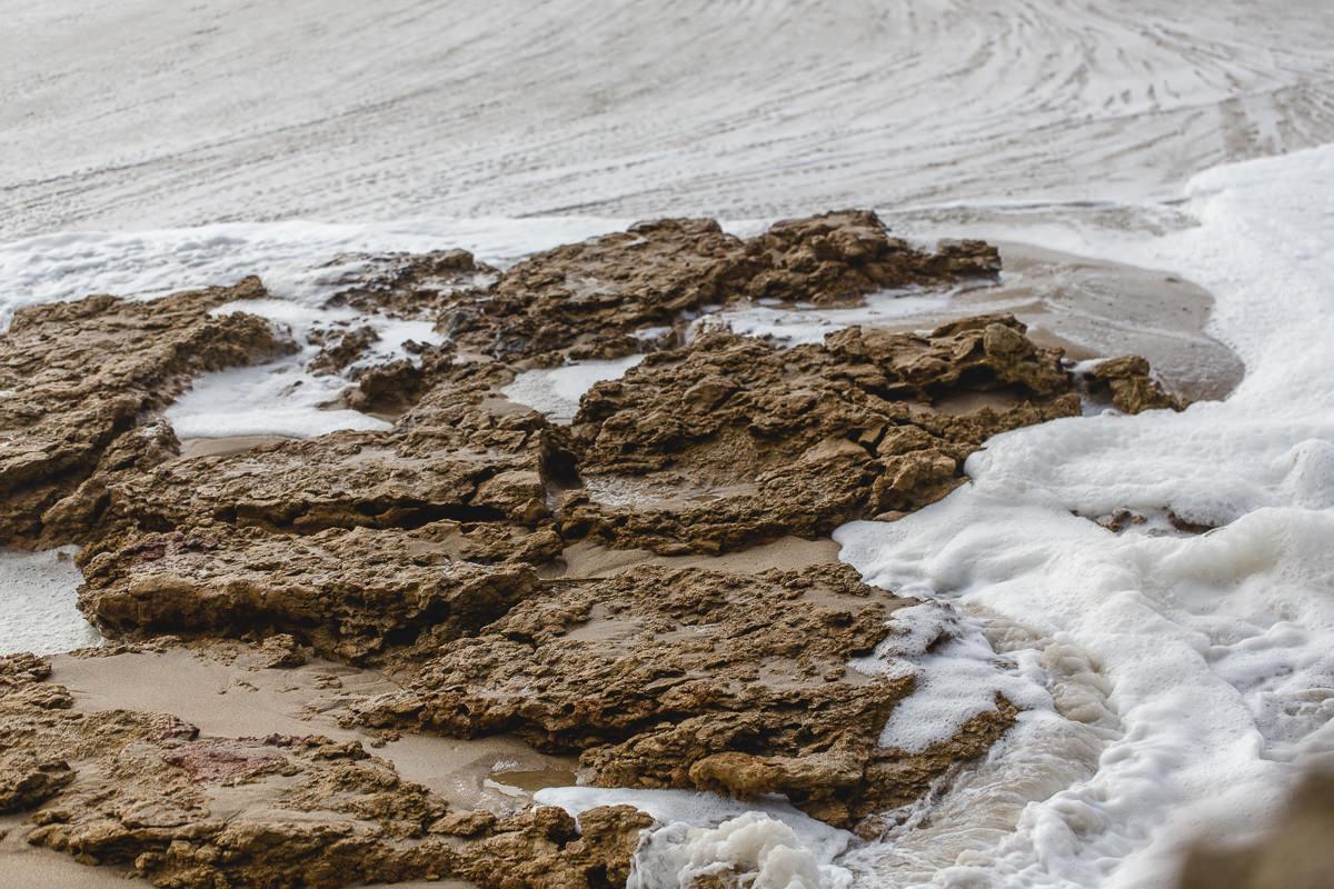das Meer schlägt auf Felsen an der Küste Portugals