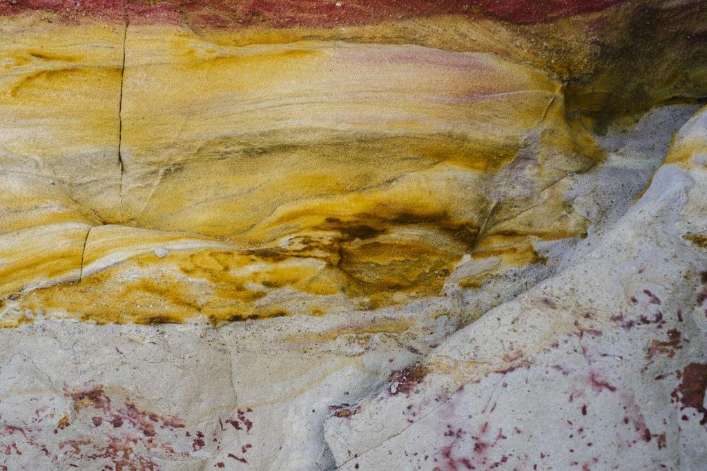 Nahaufnahme eines gelben Felsen an der Küste Portugals