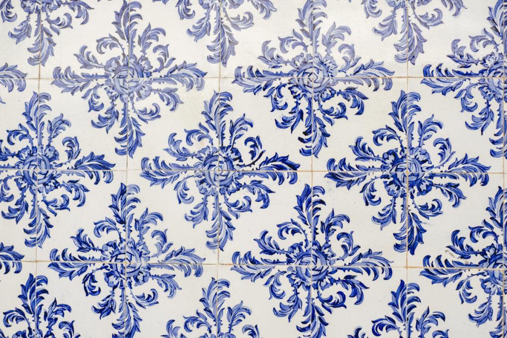 blaues Ornamentmuster auf weißem Hintergrund