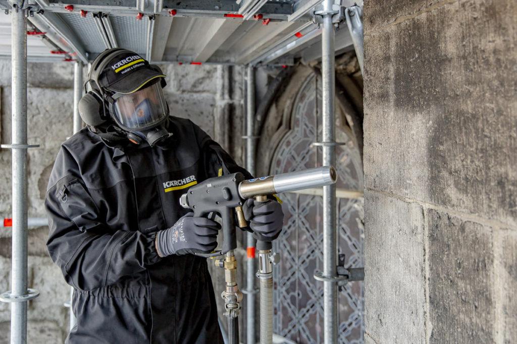 Ein Kärcher Reinigungsexperte reinigt die Außenfassade des Kölner Doms.