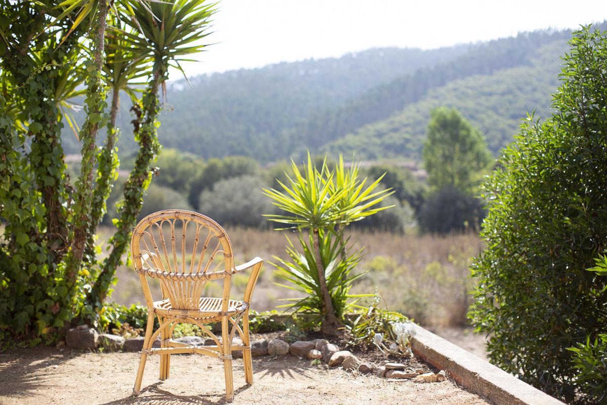 Terrasse eines Yoga Retreats in Portugal mit Blick auf die Landschaft