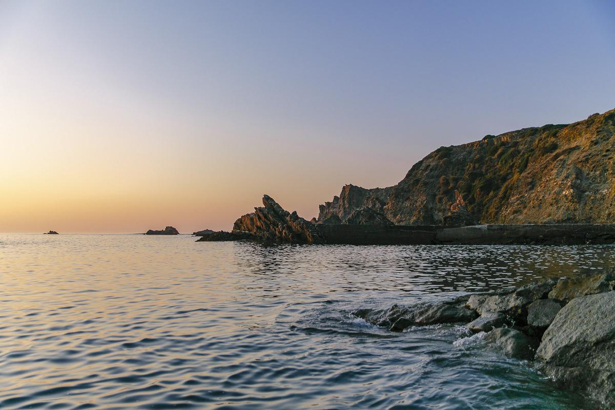 das Meer an der Küste von Portugal bei Sonnenaufgang