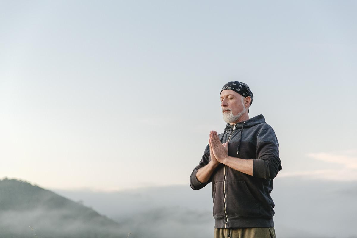 Yogalehrer Frank Schuler beim Meditieren während des Sonnenaufgangs in Portugal