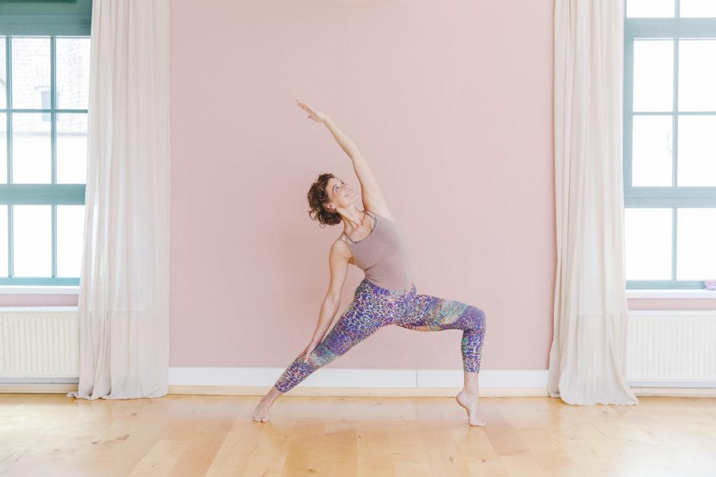 Yogalehrerin bei einem Yoga Asana in einem Yoga Studio in Köln