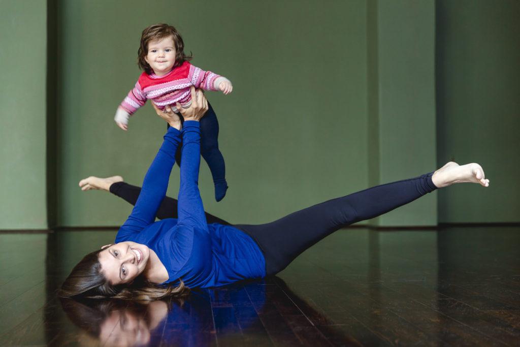 lustiges Yogafoto einer Yogaübung mit Kind
